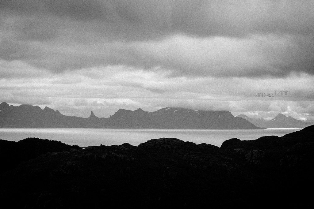 Must-valge Norra